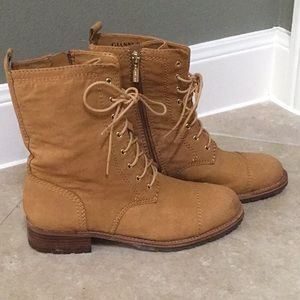 Tan lace up boots!